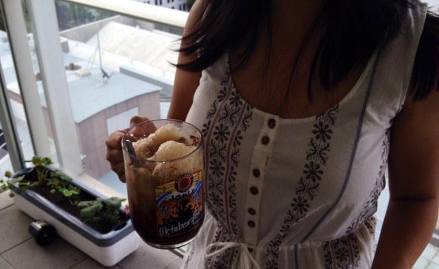 Chillin' on my balcony with my root beer float and my strawberries